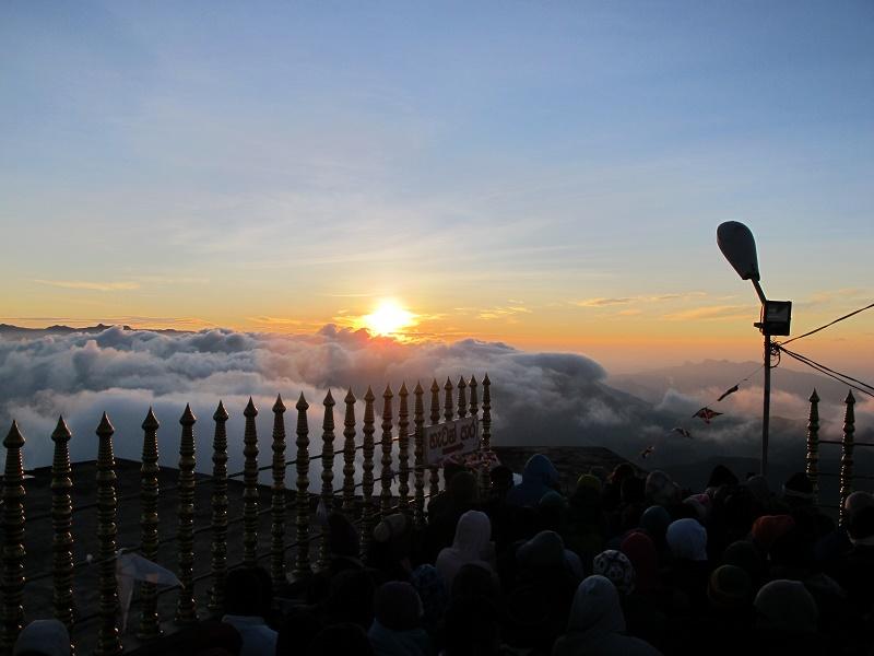 Mar de nubes en el amanecer en Adan's peak