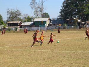 Monjes budistas practicando deporte