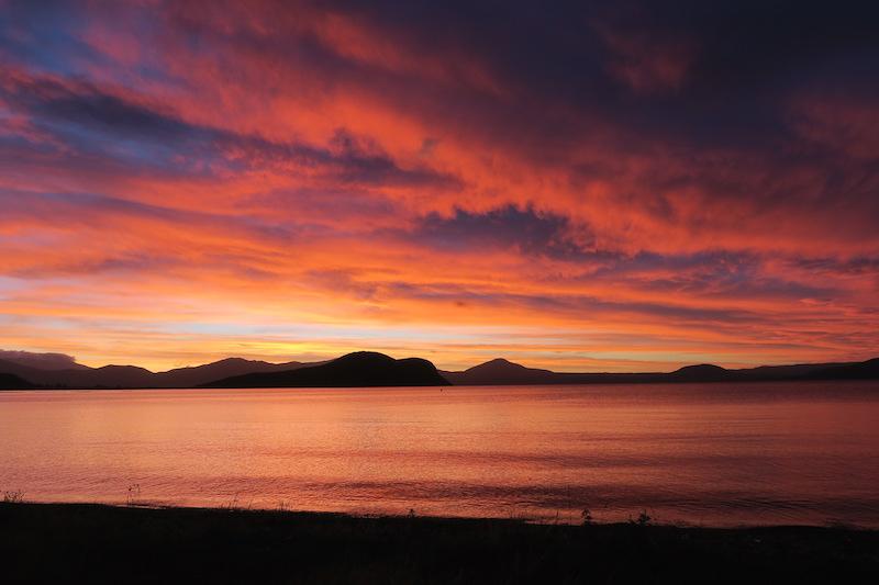 Atardecer sin filtros en el lago Taupo